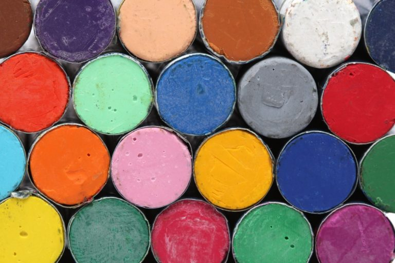 Round oil pastels crayons